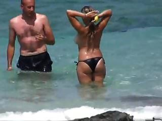 Bräune Linien Große Brüste Am Strand Schwarzen Bikini Topless