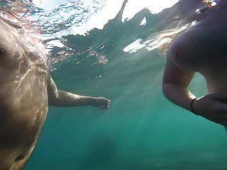 Topless Strand Der Big Tit-frau In Griechenland Unter Wasser