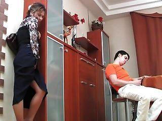 Russische Reife Shenythia Fing Den Jungen Beim Masturbieren