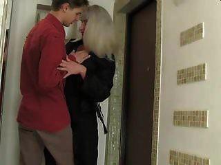 Heiße Russische Saggy Tits Mami Fickt Junge Kerlstrümpfe