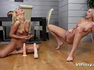 Lesbian Piss Trinken Bianca Und Nikki Werden In Pisse Geduscht