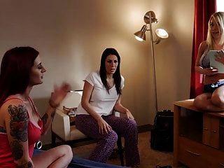 Katie Morgan Schleicht Sich In Das Bett Ihrer Lesbischen Freundin
