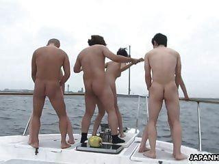 Gruppenfick Auf Einem Boot Mit Schönen Asiatischen Hündinnen