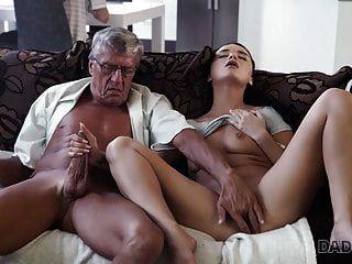 Daddy4k. Mann Mittleren Alters Hat Spaß Mit Dem Unbefriedigten Mädchen Des Sohns