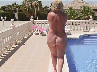 Eine Reife Frau Mit Einem Nackten Runden Hintern Geht Am Pool Entlang