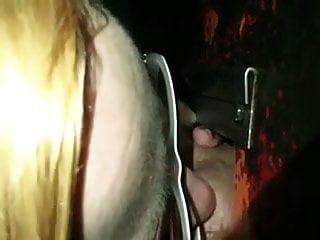 Durchbohrte Blonde Schläge Fremde In Einer Gloryhole-kabine